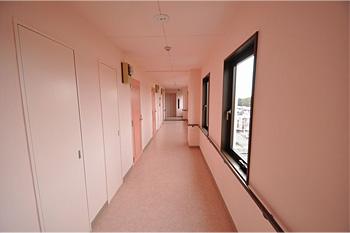 明るいピンクの廊下