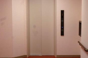 最新のエレベーターを設置